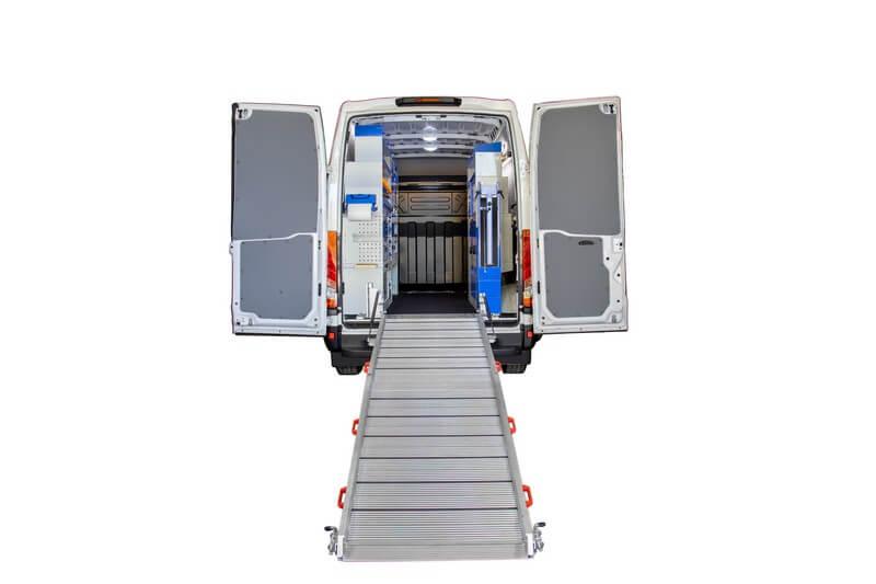 furgone con scaffali rivestimento e rampa
