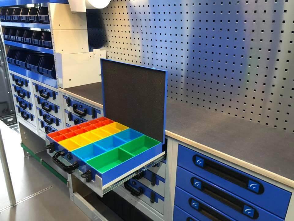 scaffalatura con banco da lavoro valigetta in metallo aperta cassettiere e portavaligette per furgoni
