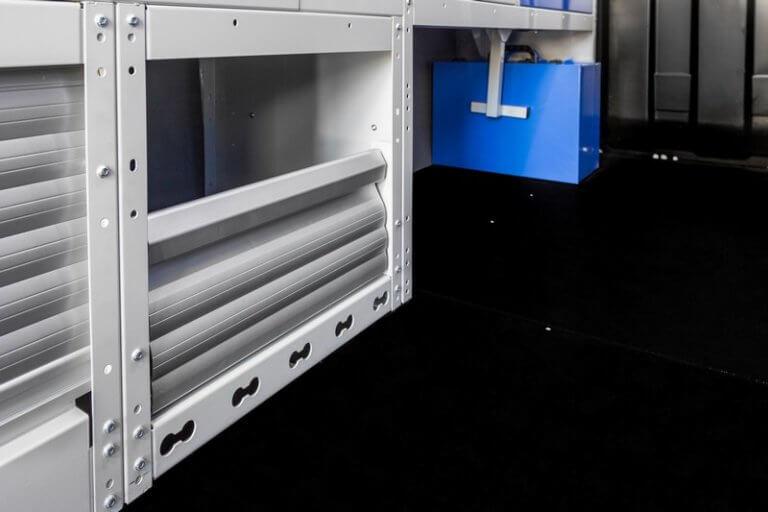 scaffale con copripassaruota con antina in alluminio e kit fermavaligette per furgoni