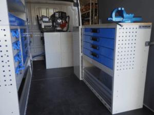 Mobile per furgone ducato vista lato destro con scaffalatura con cassetti e banco con morsa