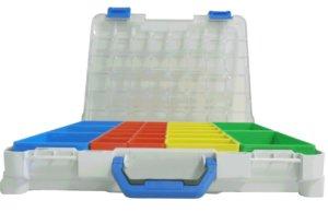 valigetta in plastica aperta con contenitori